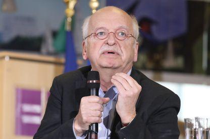 Erik Orsenna, écrivain et membre de l'Académie française, prononce un discours avant de remettre le rapport sur les bibliothèques en France au président français lors d'une visite aux Mureaux le 20 février 2018.