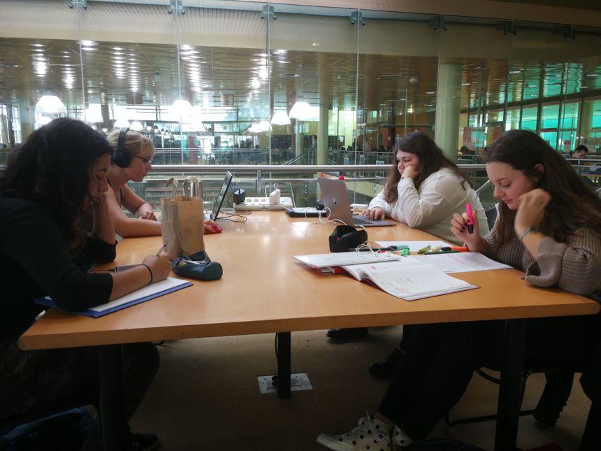 Des étudiantes à la Bibliothèques Droit-Lettres de l'Université de Bourgogne