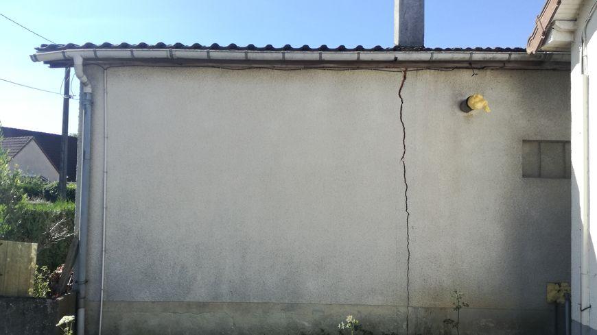 Voilà le type de fissure qui peut être provoqué par les mouvements du sol suite à un épisode de sécheresse