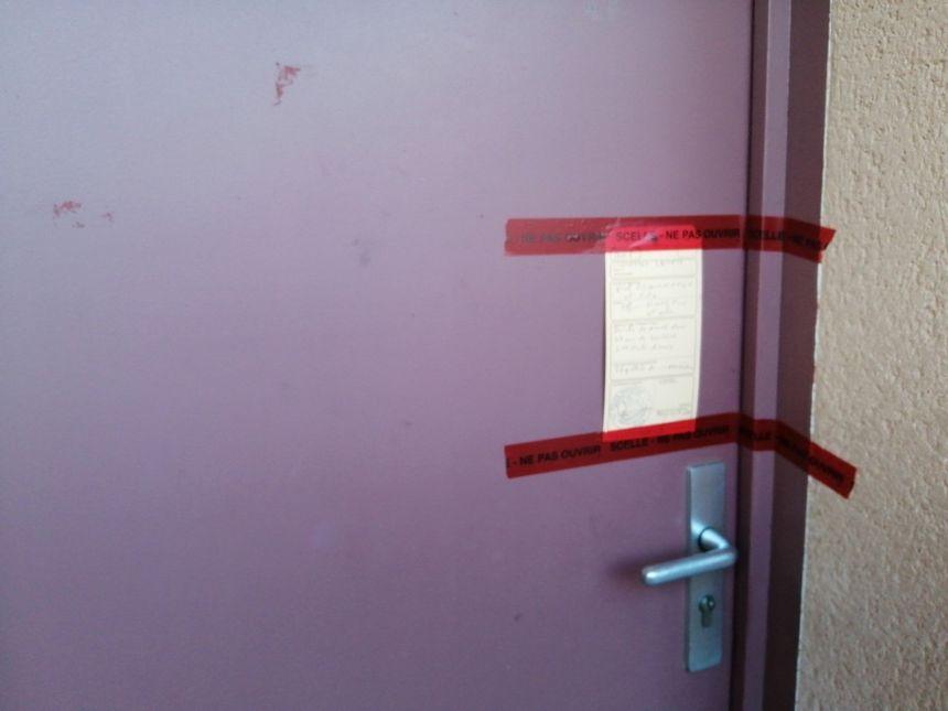 Des scellés ont été posés sur la porte d'entrée de la maison du suspect.