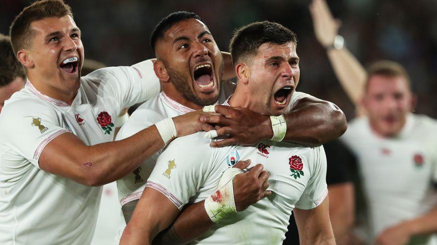 Les joueurs anglais félicitent Ben Youngs (à droite) après son essai inscrit contre la Nouvelle-Zélande, samedi 26 octobre 2019 en demi-finale de la Coupe du monde de rugby à Yokohama
