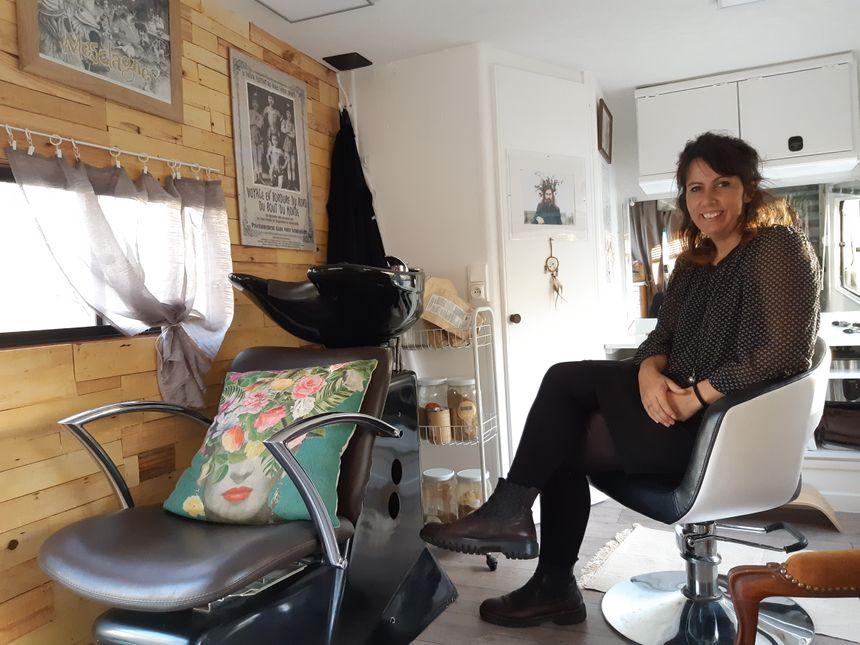 Estitxu Mugica a totalement réaménagé un camping car en un salon de coiffure itinérant