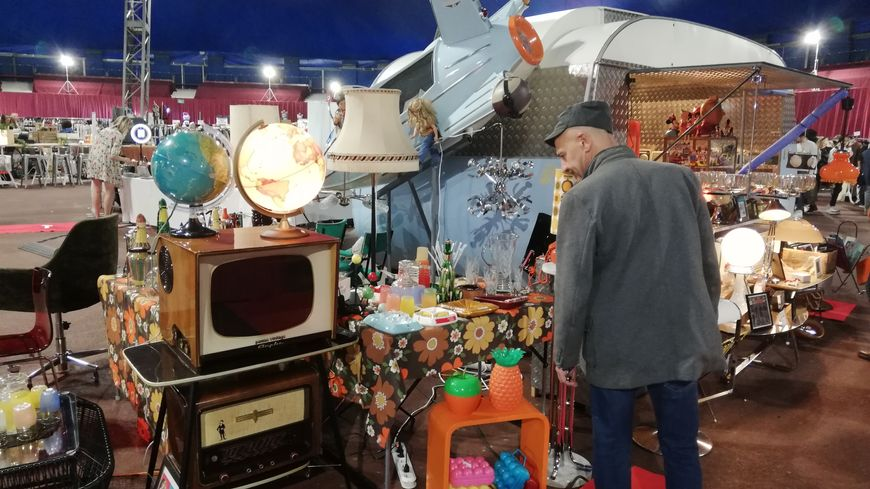Toutes sortes d'objets de décoration sont au salon du vintage à Monaco