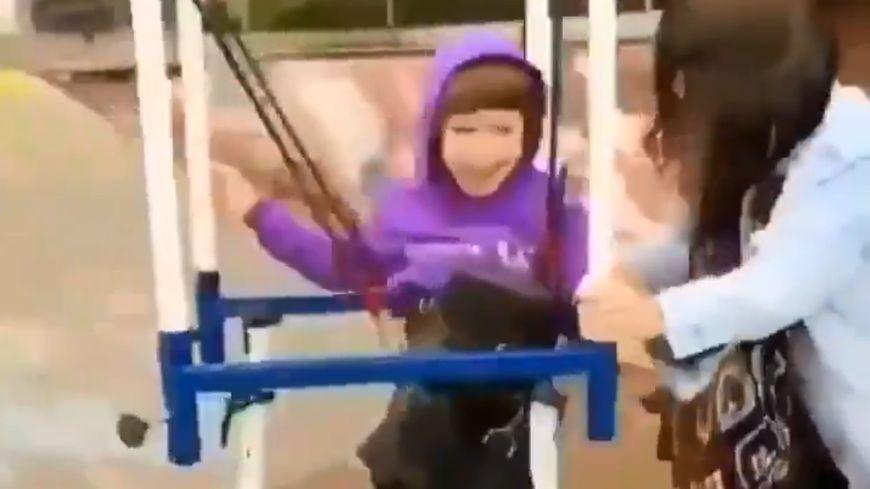 Une maman a créé une machine pour permettre à son fils, handicapé moteur, de faire du skateboard.