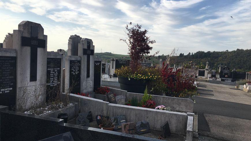 Le cimetière est végétalisé avec de gros pots de fleurs dans les allées