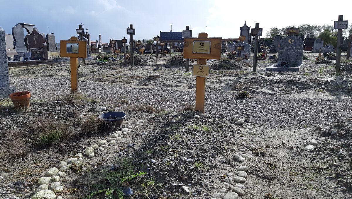 Au cimetière de Calais, on enterre les migrants morts depuis 20 ans