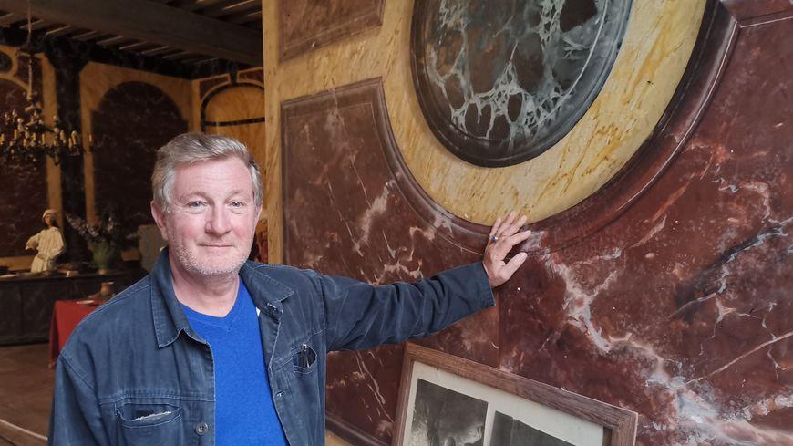 Joël Henrion, aux côtés du faux marbre du salon des Alliances au château de Saint-Fargeau (Yonne) qu'il réalisa en 1981.