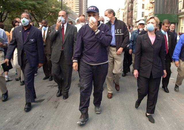 Rudy Giuliani, maire de New York, dans les rues de la ville le 12 septembre 2001, aux cotés d'Hillary Clinton