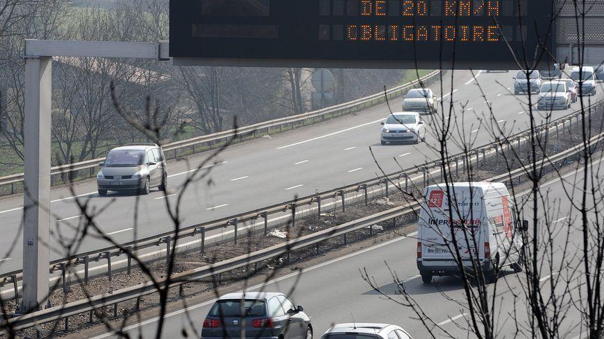 Panneaux routiers indiquant les pics de pollution afin de réduire la vitesse des véhicules (Illustration)