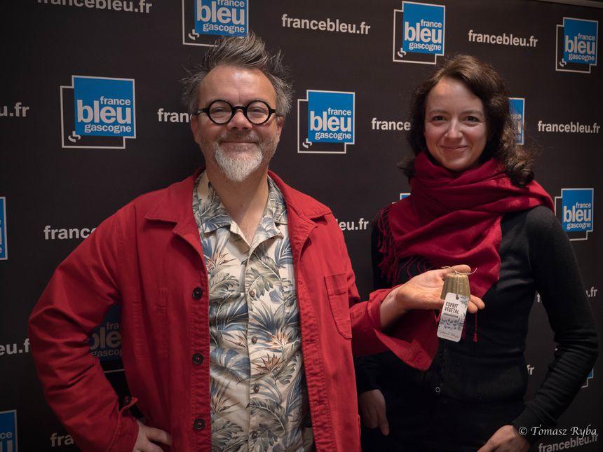 Stéphane Paillaugue et Aline Guerle avec leur shampoing solide