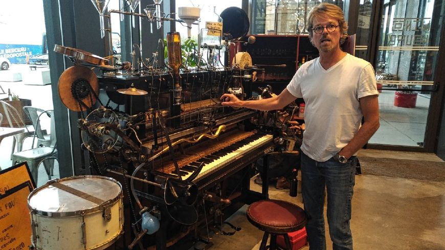Nicolas Schenkel pose aux côtés de son Pianococktail, une des installations présente à la Halle de la Machine.