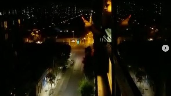 La soprano Ayleen Jovita a chanté mercredi 23 octobre depuis sa fenêtre pour protester contre le couvre-feu en vigueur à Santiago du Chili.