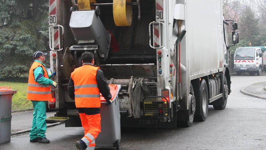 L'homme soupçonné de démarchage frauduleux qui prétend travailler aux encombrants de Le Mans Métropole porte un gilet orange sans inscription (illustration)