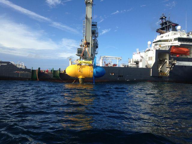 Bateau norvegien déposant l'hydrolienne de 300 tonnes à 55m de profondeur avec une extrême précision, où le courant Fromveur est fort.
