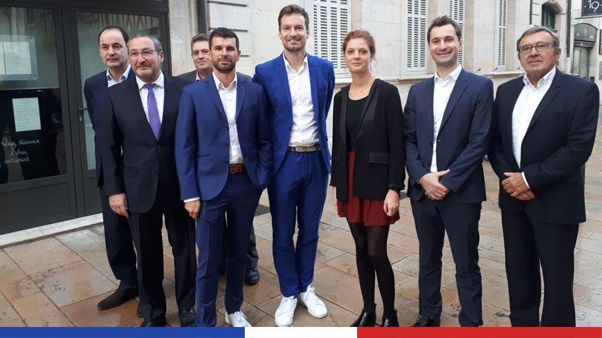 L'équipe de campagne de Dijon, L'Avenir Ensemble : Sylvain Comparot (quatrième en partant de la gauche) tête de liste pour Dijon