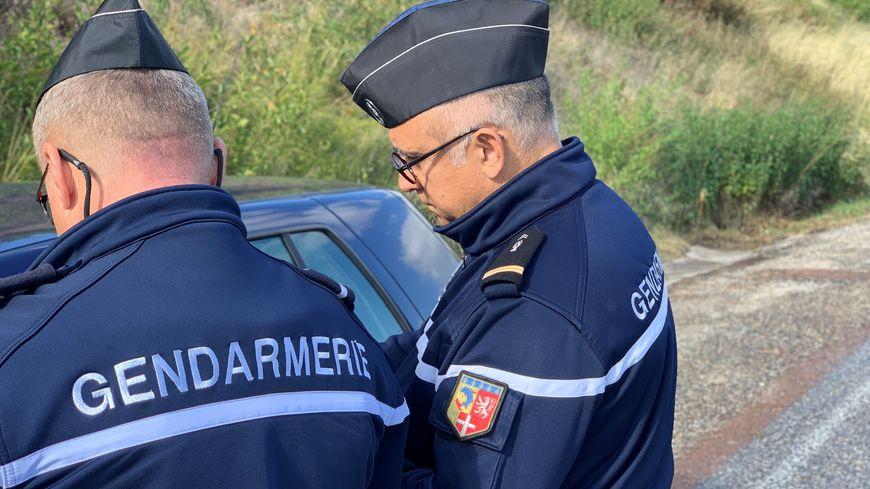 Deux gendarmes ardéchois contrôlent une voiture