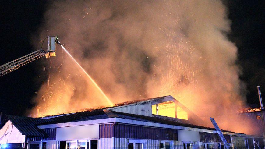 Le bâtiment en feu.