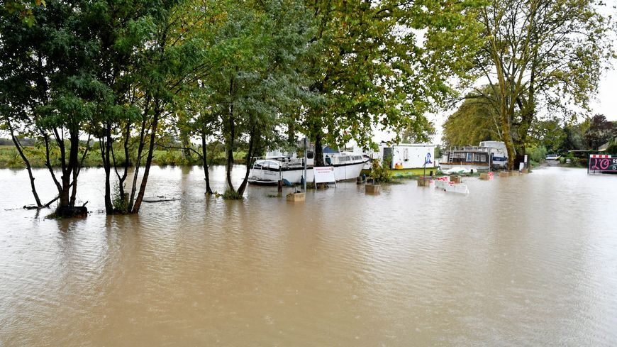 Le canal du midi a débordé du côté de Villeneuve-lès-Béziers.