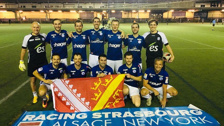 Le Racing Alsace New York, composé d'expatriés alsaciens et créé par Thierry Kranzer (en b. à d.), représente fièrement la région à l'Urban Soccer League, championnat de foot à 7 new-yorkais.
