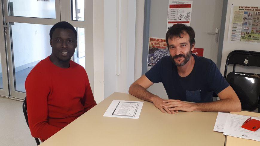 Moustapha Gueye et Julien Frayssinhes l'un de ses collègues dans le local de Sud Education