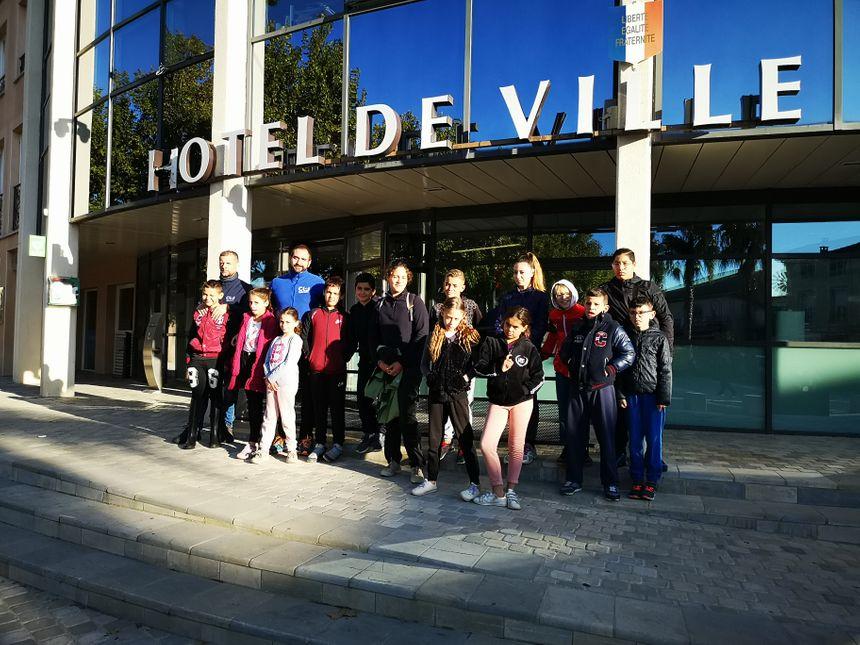Le groupe de jeunes devant la mairie de Villeneuve-lès-Béziers avec les accompagnateurs