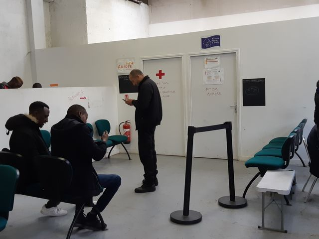 """A """"la halte"""", lieu d'accueil de jour des migrants, à Saint-Denis, près de la porte de la Chapelle (Paris)"""