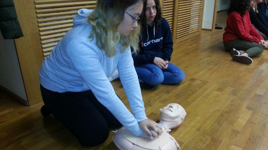 Les adolescentes participent à des ateliers en petits groupes. Ici, les gestes qui sauvent.