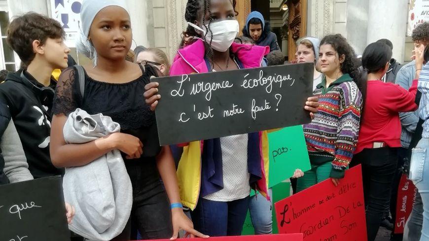 La mobilisation des jeunes venant de Centres Sociaux en France sur le parvis de la mairie d'Avignon