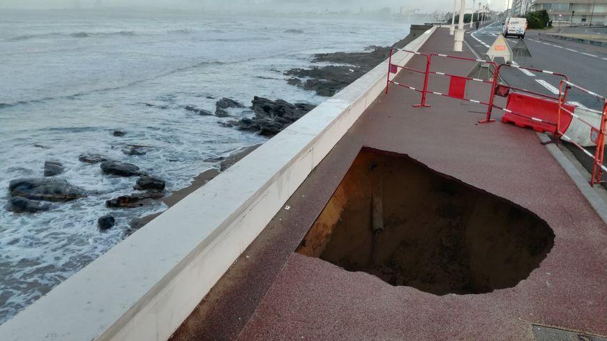 Un trottoir s'écroule aux Sables-d'Olonne sur la promenade de la plage de Tanchet