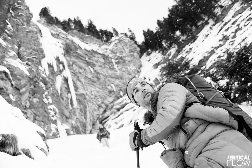 """Julien Irilli devant """"les larmes de Merlin"""" près du lac Leman et de la frontière suisse"""