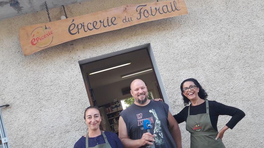 Jessica, Nicolas et Michèle devant l'épicerie du foirail à Miradoux dans le Gers
