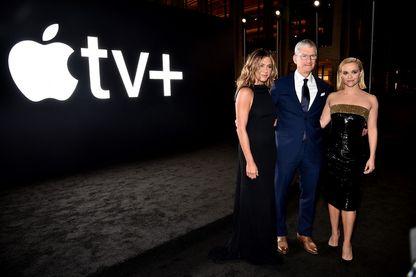 """Jennifer Aniston et Resse Witherspoon, les deux vedettes de """"The Morning Show"""" sur le tapis rouge avec Tim Cool, patron d'Apple"""