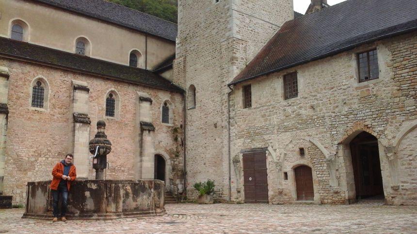 Cyril Delos (guide et sous-régisseur de l'abbaye) devant la fontaine du XVIème siècle dans la cour du Cloître.
