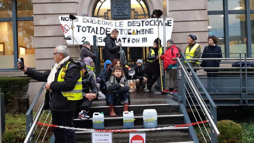 Une quarantaine de militants écologistes ont bloqué les entrées de la sous-préfecture de Mulhouse.