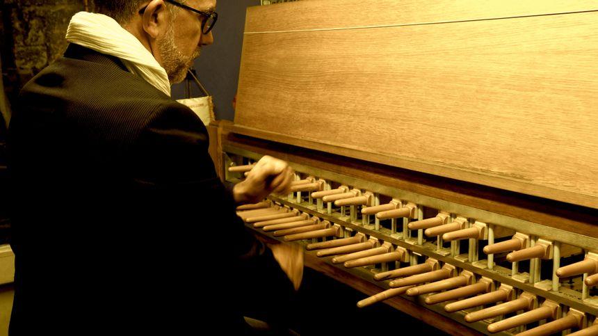 Jean-Christophe Garandeau jouant du carillon