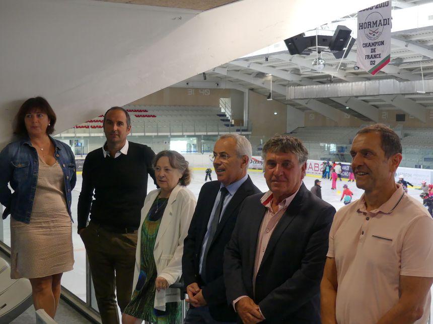 De gauche à droite à la patinoire : Sylvie Vaquero (directrice du sport), Christophe Daramy, Joelle Turcat, Claude Olive (le maire), Serge Prévautel (adjt au maire en charge des sports) et Alain Fourré