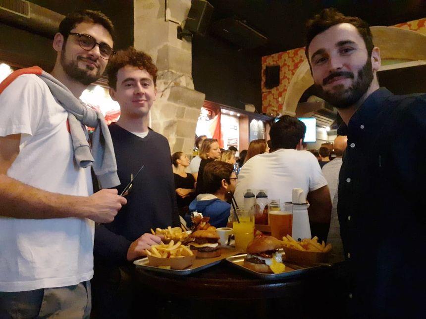 Petit-déjeuner copieux pour ces trois supporters à Bordeaux.