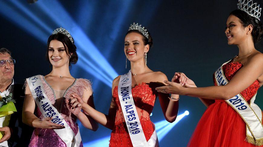 Chloé Prost couronnée Miss Rhône-Alpes 2019 samedi à Bourg-en-Bresse (Ain), entourée de Miss Rhône-Alpes 2018 et Miss France 2019.