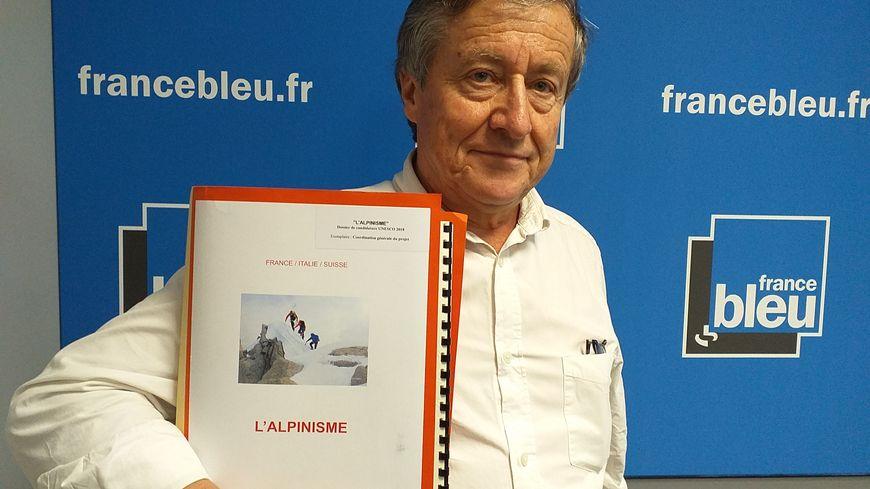 Claude Marin avec le dossier qui fera peut être rentrer l'alpinisme au patrimoine immatériel de l'humanité