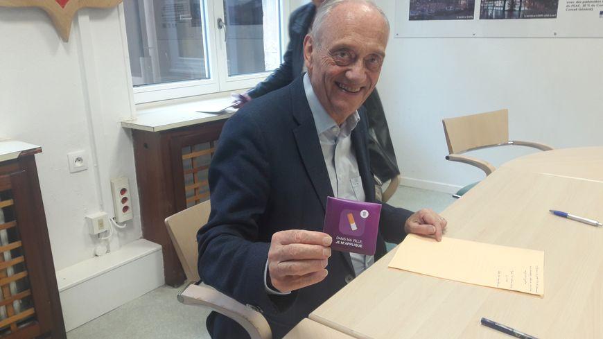 Le maire d'Epinal Michel Heinrich avec un cendrier de poche