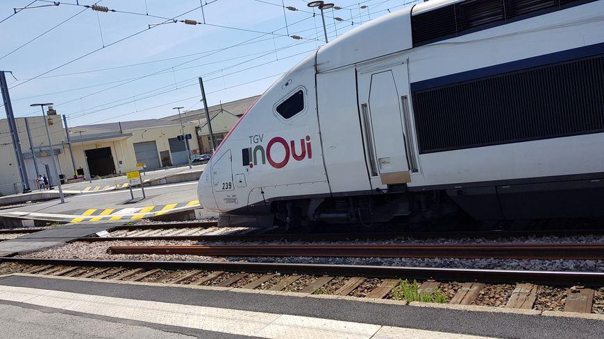 Train TGV Inoui en gare.