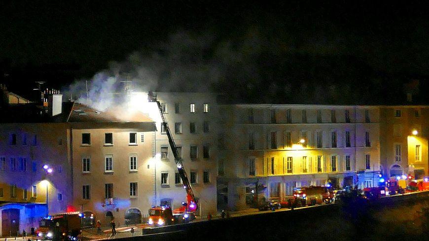 Incendie nocturne quai Stéphane Jay à Grenoble
