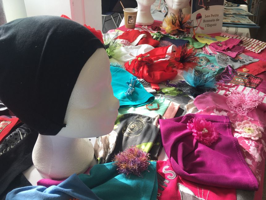 Des stands d'associations comme les Petits Bonnets de l'Espoir pour couvrir la tête des femmes atteintes d'un cancer.