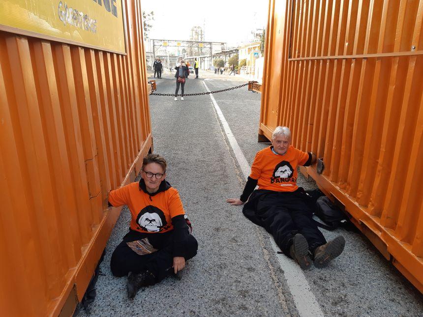 Deux militants de Greenpeace enchaînés aux containers
