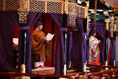 Lors d'une cérémonie séculaire, l'empereur japonais Naruhito (59 ans) a officiellement accepté le trône. Il a été inauguré dans la grande salle du Palais impérial à Tokyo, le 22 octobre 2019. À ses côtés, l'impératrice Masako