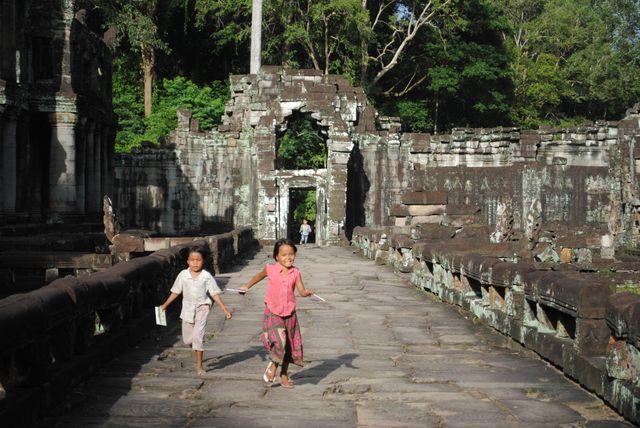 Les ruelles des temples d'Angkor un incontournable pour les grands voyageurs.