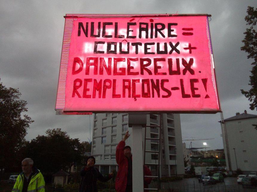 Ce panneau de pub est allumé jour et nuit à Laval.
