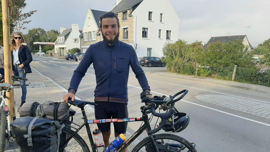Pierre Boussion à son arrivée à Fouesnant le 12 octobre après 13000 km en vélo