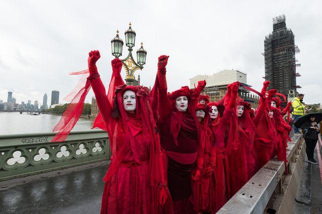 Les activistes d'Extinction Rebellion, dos à Big Ben, protestent et bloquent le Westminster Bridge.
