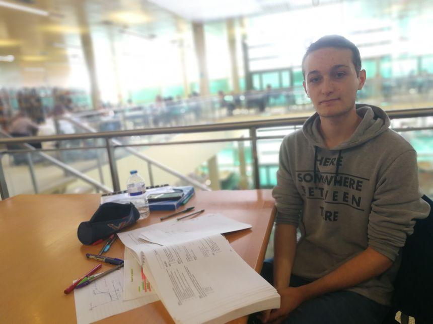Maxime, est étudiant en première année de médecine, il fréquente assidûment les bibliothèques du campus